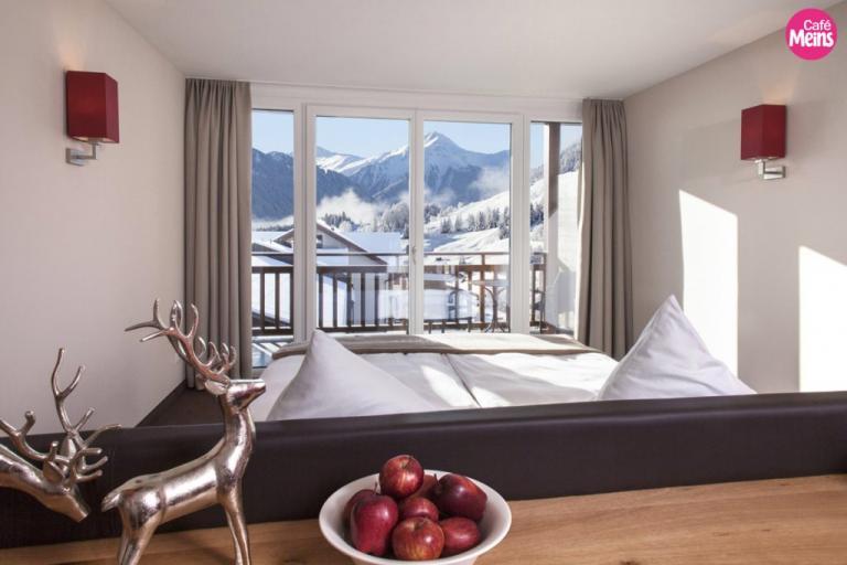 Hotel-Chesa-Monte-Suite-mit-Ausblick-Winter-©-Marschall